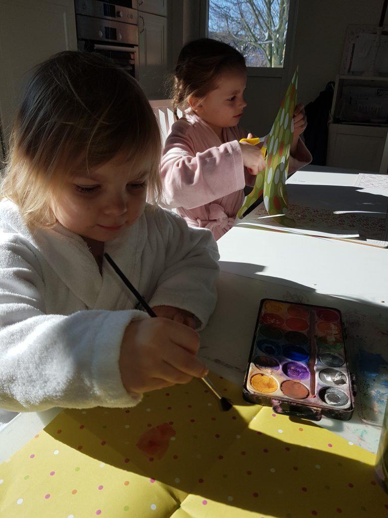 barn som målar påskkort